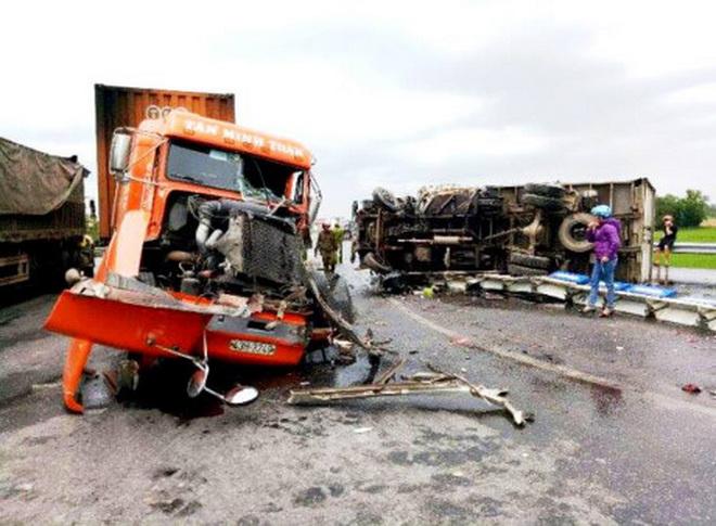 Xe container đấu đầu xe tải đông lạnh trên QL 1A