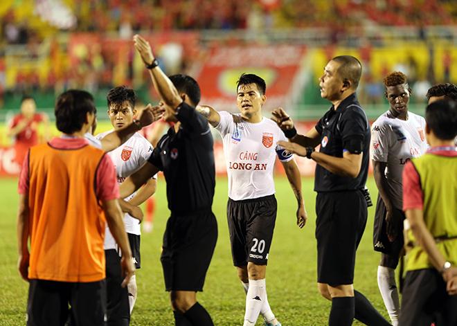 Góc nhìn 365: Khi bóng đá bị Bộ trưởng 'tuýt còi'!