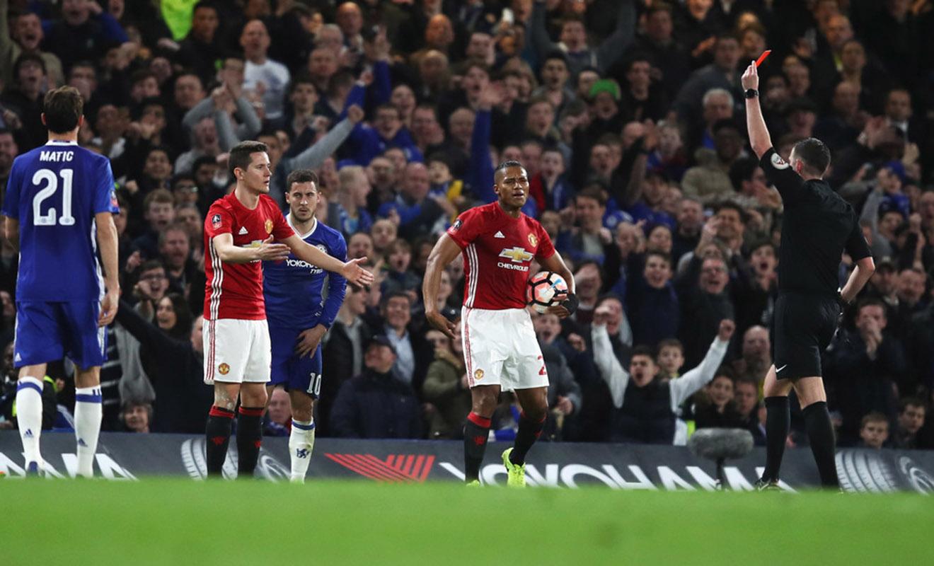Vì sao trọng tài Michael Oliver bị coi là 'hung thần' của Man United?