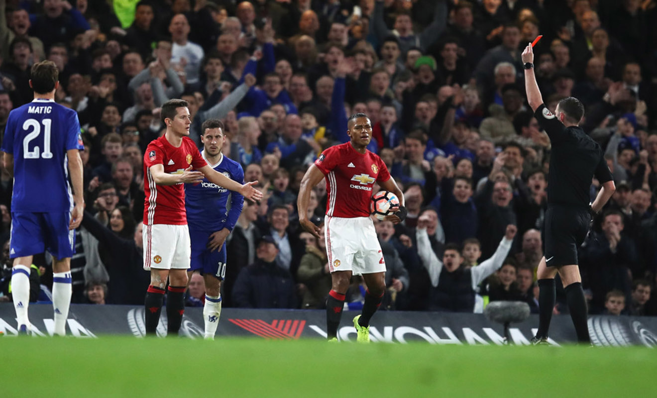 Từ thất bại Man United: 'Cái nhiệt' của Herrera và 'cạm bẫy' của Hazard