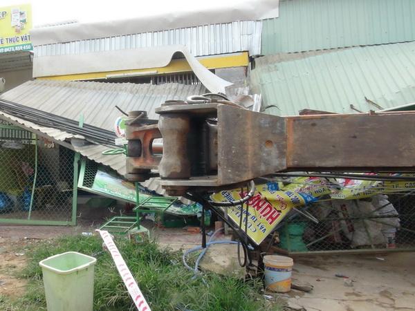Xe cẩu hơn 50 tấn lật đè vào nhà dân