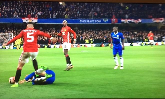 Hậu vệ Man United bị cười nhạo sau khi thoát án phạt của FA