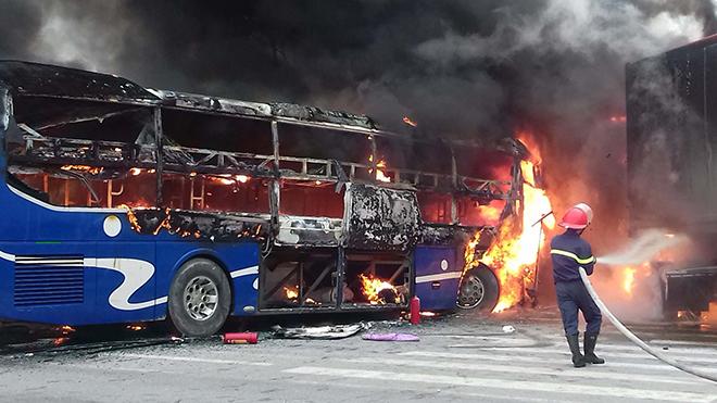 Xe khách chở 30 người đấu đầu container, lửa cháy ngùn ngụt QL 1A
