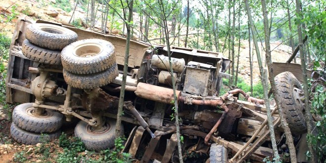 Xe tải ben lao xuống vực sâu làm 4 người chết ở Hà Giang