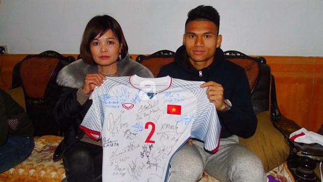 Tấm áo trị giá 10.000 bảng Anh và cái tình của cầu thủ Việt