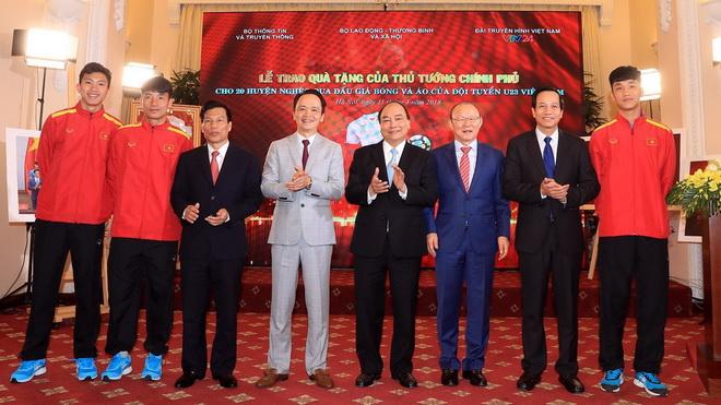 Thủ tướng Nguyễn Xuân Phúc trao kinh phí từ đấu giá bóng, áo của đội U23 cho 20 huyện nghèo