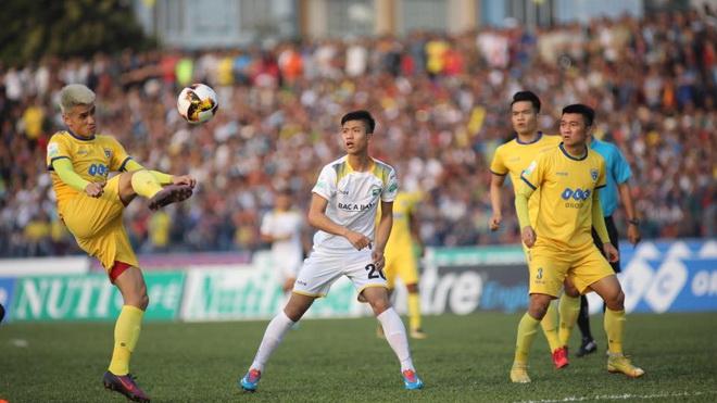 Bùi Tiến Dũng cứu thua giúp FLC Thanh Hóa thắng SLNA. Sao U23 tỏa sáng, HAGL thắng Nam Định 3-1