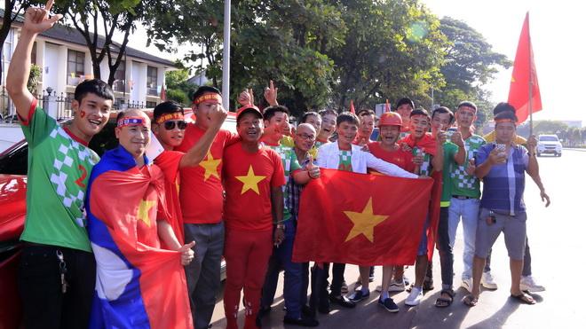 Lào vs Việt Nam: CĐV Việt Nam hâm nóng bầu không khí SVĐ quốc gia Lào