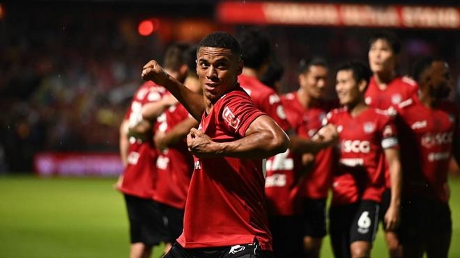 Văn Lâm cứu thua xuất thần, Muangthong hạ đẹp đội đầu bảng Thai League