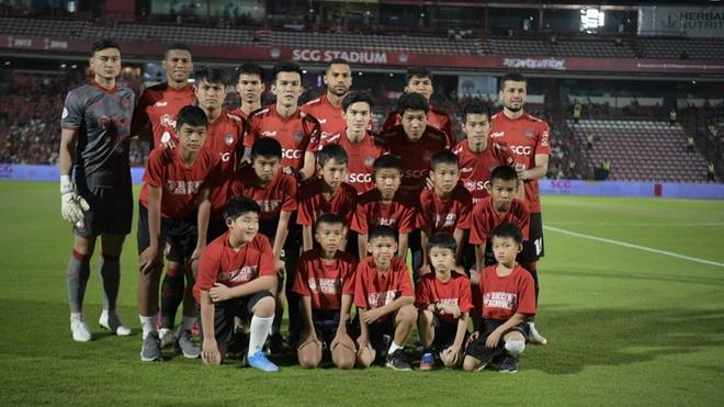 VAR và siêu phẩm hạ gục Văn Lâm cùng Muangthong United