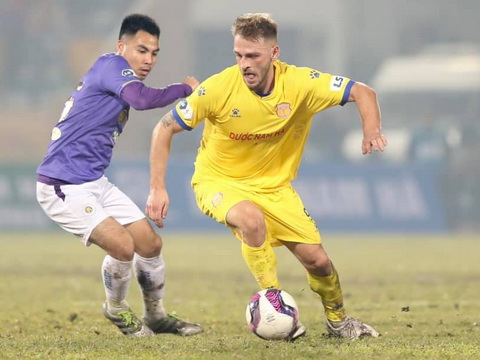 Hà Nội FC tố Nam Định tưới nước vào sân để phá lối chơi