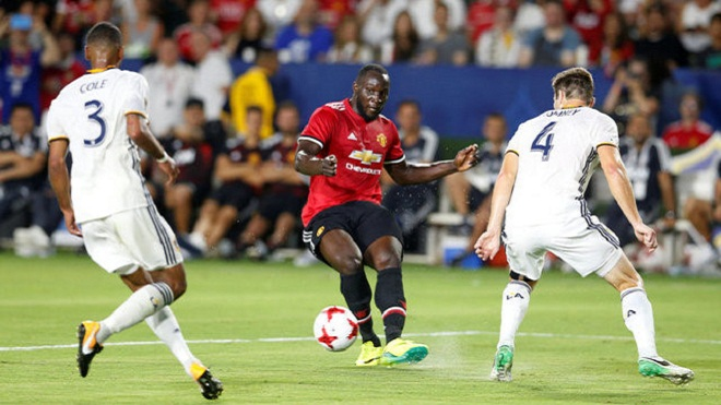 Xem Lukaku bị rách toang áo, bỏ lỡ cơ hội ngon ăn ở trận ra mắt Man United