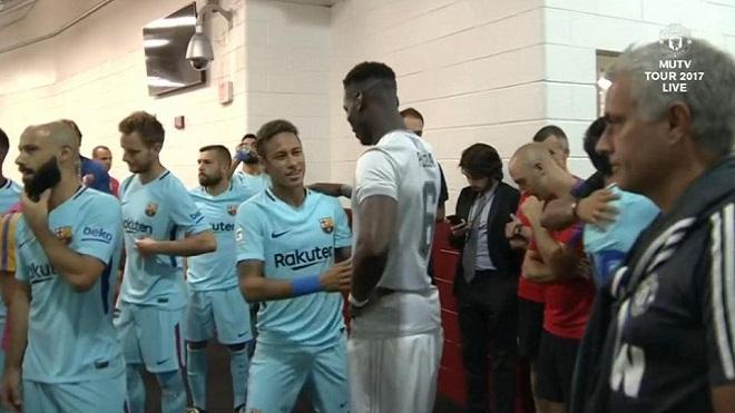 'Siêu cò' Pogba hoạt động không ngừng nghỉ, liên tục tiếp cận Neymar, khiến fan M.U hy vọng