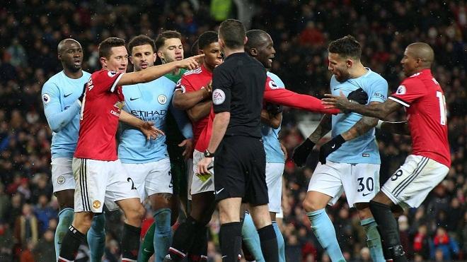 SỐC: Cầu thủ M.U và Man City choảng nhau, Mourinho bị ném cả sữa và nước vào đầu