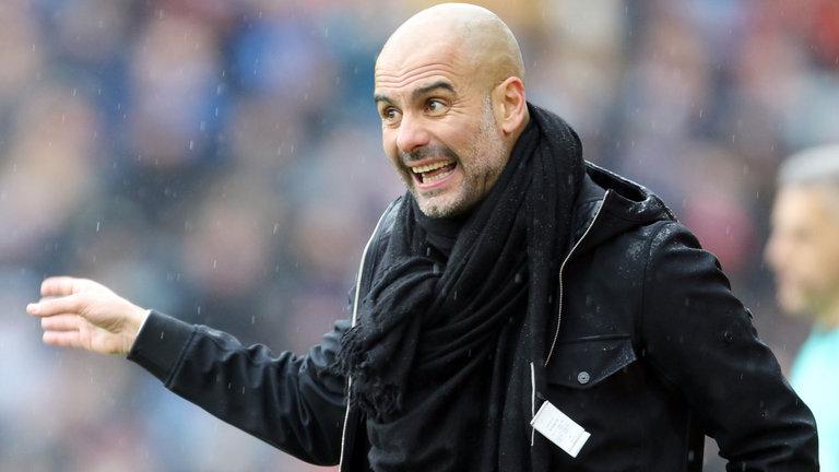 Bị Neville gọi là 'gã hề', Pep Guardiola đáp trả ra sao?
