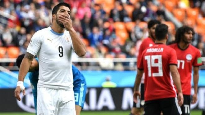 Ai Cập 0-1 Uruguay: 'Luis Suarez béo, chậm chạp, xử lí tù, chân gỗ. May chưa cắn ai'