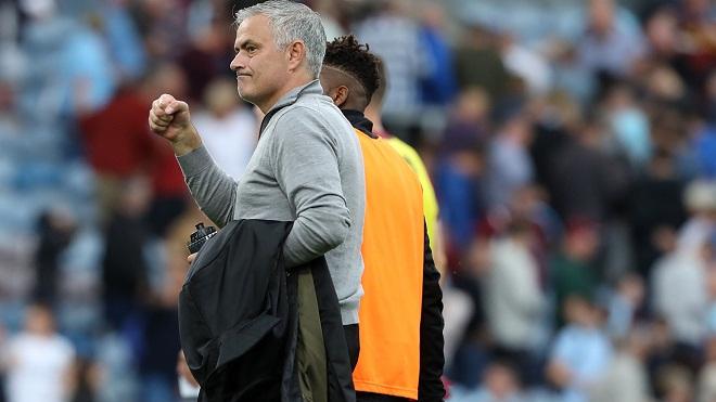 Mourinho có hành động đặc biệt với các CĐV M.U sau chiến thắng trước Burnley