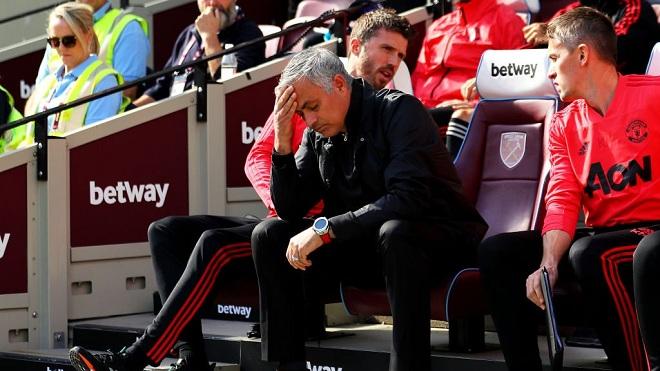 Thua West Ham 1-3, M.U khủng hoảng: Fan thuê trực thăng yêu cầu sa thải Mourinho
