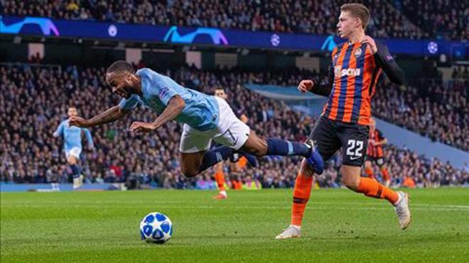 Sterling chơi đẹp, xin lỗi vì đã kiếm về quả 11m 'không đáng có' cho Man City