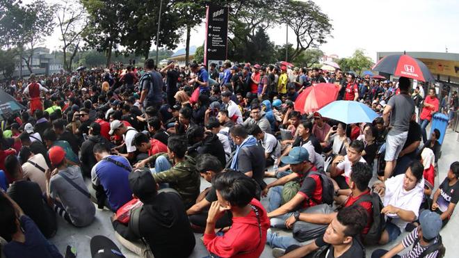 CẬN CẢNH: CĐV Malaysia xếp hàng dài, vạ vật chờ mua vé xem chung kết với Việt Nam