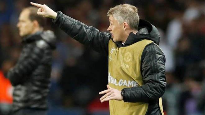 Fan ngơ ngác vì Solskjaer phải mặc áo bib trong trận đấu với PSG