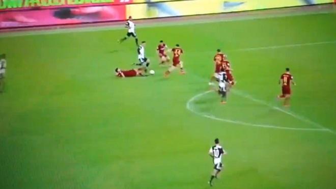 Ronaldo 'trở lại thanh xuân' với pha đi bóng gây sốt ở trận đấu với Roma