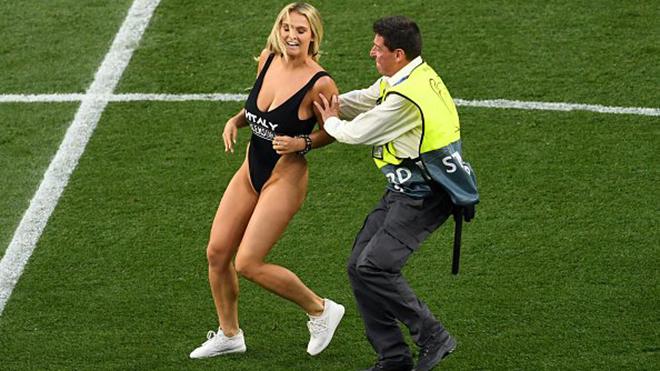 Tottenham vs Liverpool: CĐV nữ bốc lửa chạy vào sân làm gián đoạn trận đấu