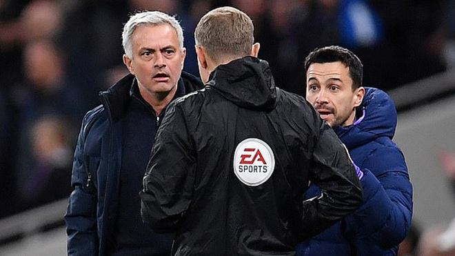 Xem Mourinho phản ứng siêu hài hước khi trọng tài bỏ qua tấm thẻ đỏ cho Sterling
