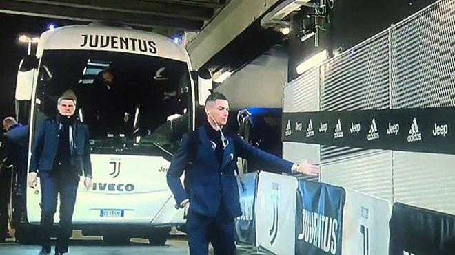 Bật cười với hành động bắt tay CĐV tưởng tượng của Ronaldo
