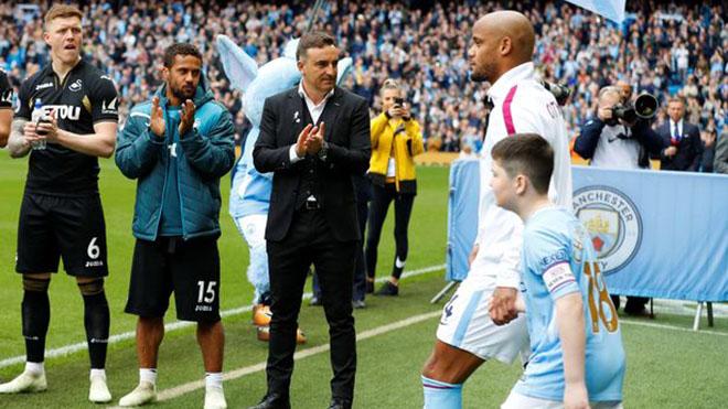 Bong da, Tin tuc bong da, Man City xếp hàng, Man City vỗ tay, Man City vs Liverpool, Liverpool, Man City, Liverpool, Liverpool vô địch, Ngoại hạng Anh, bóng đá Anh, Klopp