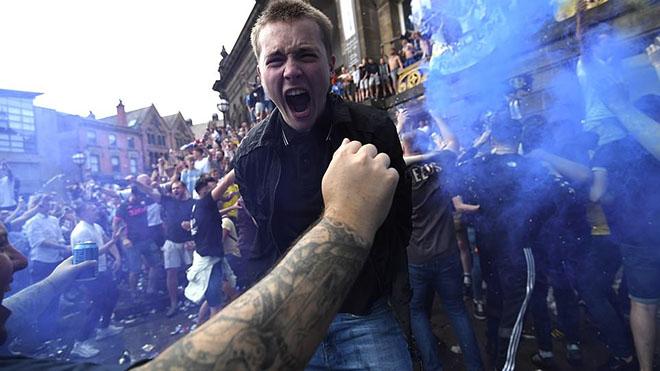 Leeds lên hạng sau 16 năm, CĐV tràn ra đường ăn mừng bất chấp lệnh giãn cách xã hội