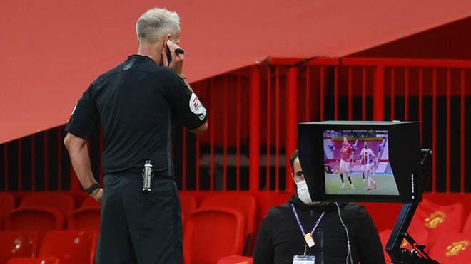 Gary Neville chỉ trích trọng tài dữ dội sau trận MU thua Crystal Palace