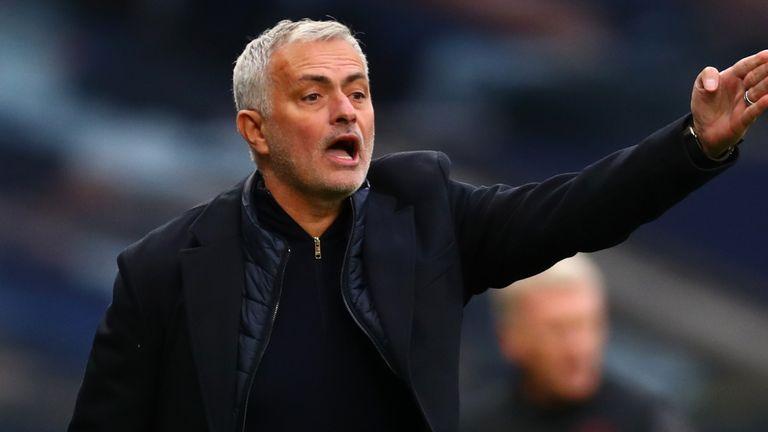 Bóng đá hôm nay 2/11: Cầu thủ MU sẽ khiến Ole bị sa thải. Mourinho chỉ trích trọng tài