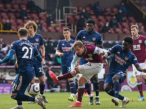 """Burnley 1–1 Arsenal: Công làm thủ phá, """"Pháo thủ"""" mất điểm trên sân khách"""