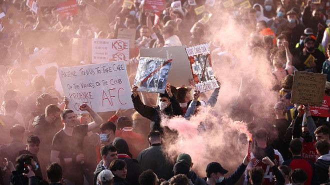 Bóng đá hôm nay 24/4: CĐV MU và Liverpool lên kế hoạch biểu tình. Arsenal đại loạn