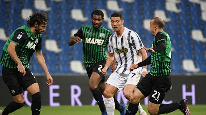 Ronaldo gây kinh ngạc với kỹ thuật qua người đỉnh như thời ở MU