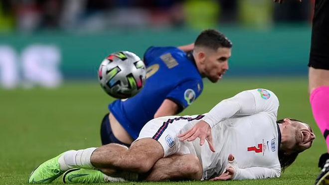 Jorginho may mắn thoát thẻ đỏ sau pha đạp gầm giày vào Grealish