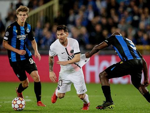PSG: Đồng đội đứng nhìn Messi vùng vẫy trước vòng vây đối thủ