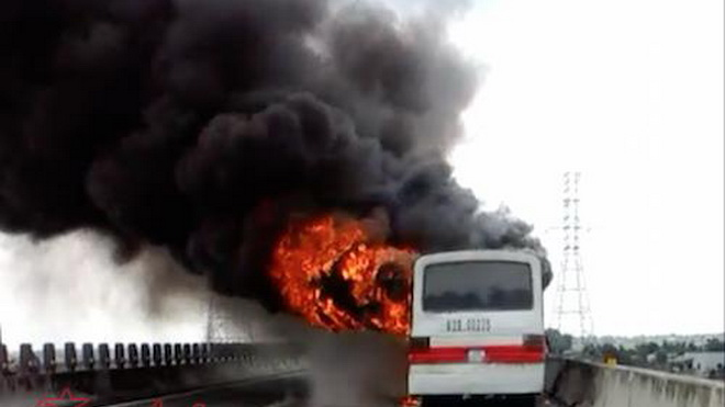 Xe khách 50 chỗ cháy trơ khung trên cao tốc TP Hồ Chí Minh – Trung Lương