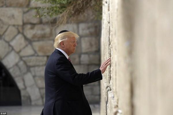 Tổng thống Donald Trump và vợ con cầu nguyện bên Bức tường Than khóc
