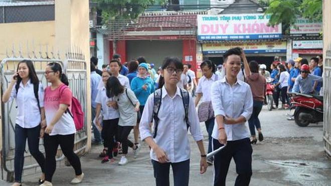 Chùm ảnh: 76.000 học sinh Hà Nội đến trường làm thủ tục thi vào lớp 10