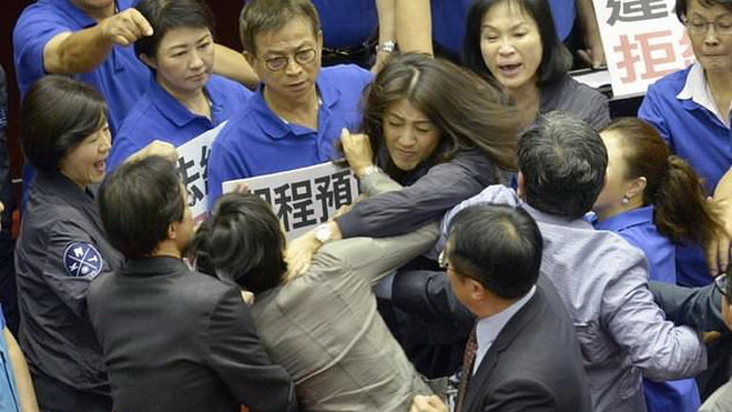 VIDEO: Nữ nghị sĩ Đài Loan lao vào bóp cổ nhau giữa phiên điều trần