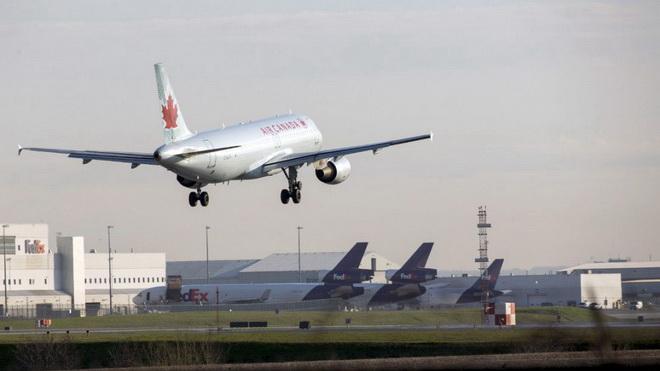 Máy bay Air Canada suýt hạ cánh đè lên 4 phi cơ