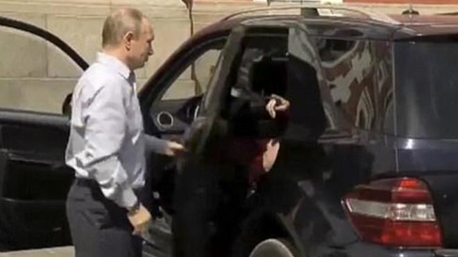 Danh tính bất ngờ của 'người phụ nữ váy đỏ' ngồi sau xe Tổng thống Putin