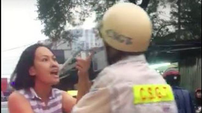 Người quay clip một phụ nữ hùng hổ lăng mạ cảnh sát giao thông cũng bị 'tẩn'