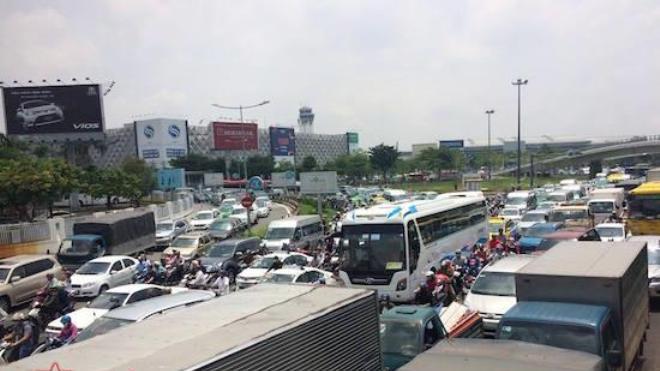 Vụ kẹt xe hơn 4 giờ đồng hồ: Loay hoay chống ùn tắc sân bay Tân Sơn Nhất
