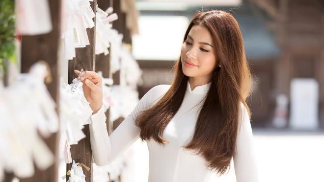 Hoa hậu Phạm Hương đẹp tinh khôi thăm đền thiêng Hakozaki - Nhật Bản