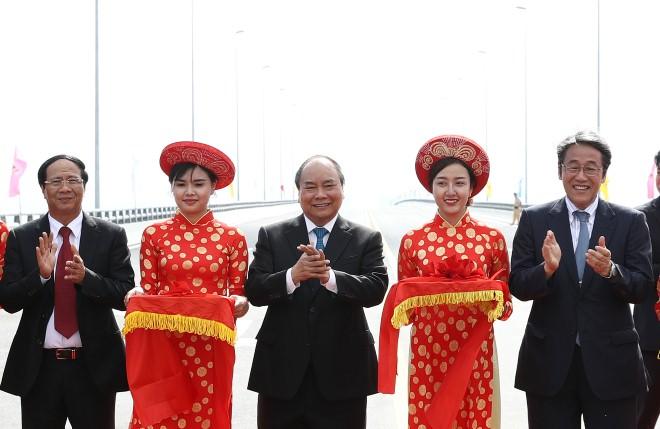 Thủ tướng Nguyễn Xuân Phúc cắt băng khánh thành cầu vượt biển dài nhất Đông Nam Á