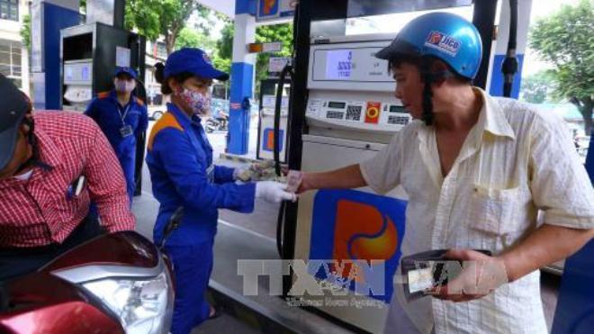 Giá xăng tăng tiếp 434 đồng/lít từ 15 giờ hôm nay