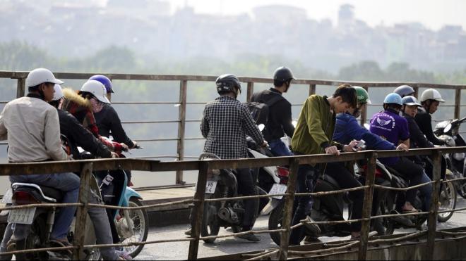 Hình ảnh người dân tụ tập xem trục vớt bom chân cầu Long Biên